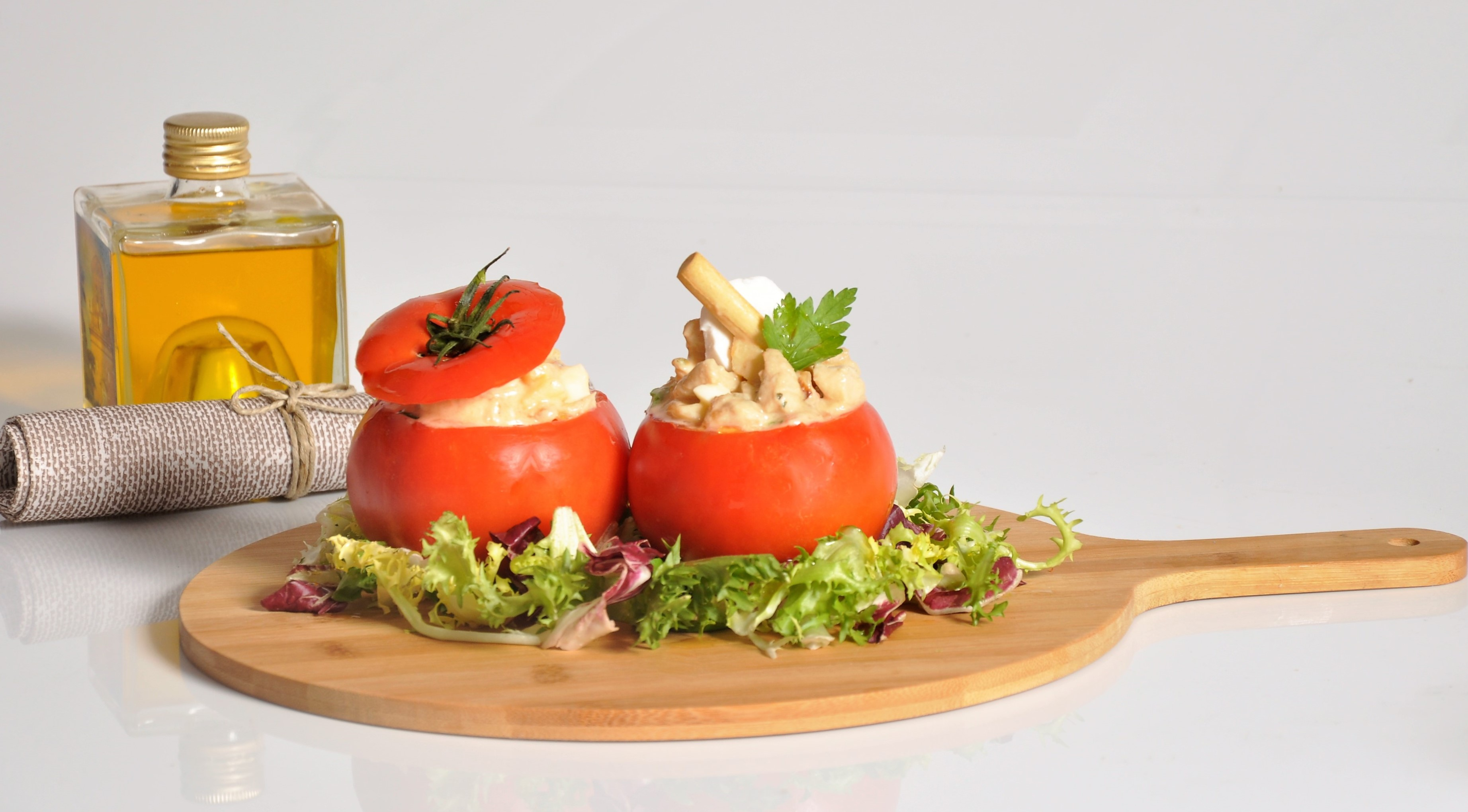 Tomates rellenos tabla de cocina