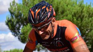 Carrera MTB Ciclista con casco
