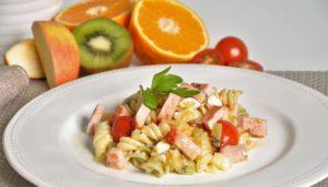 Ensalada de pasta con frutas y lomo en plato