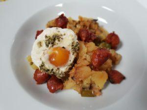 timbal de patatas huevos y chistorras