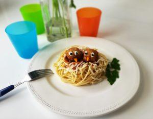 Nido de espaguetis con albóndigas