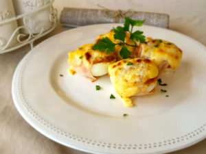 Huevos rellenos gratinados con pollo y manzana