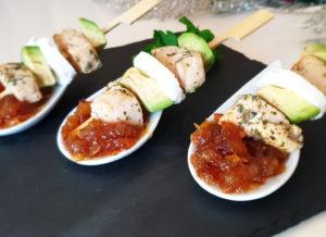 Brochetas de pollo con aguacate y cebolla caramelizada